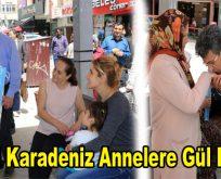 Temel Karadeniz annelere gül dağıttı