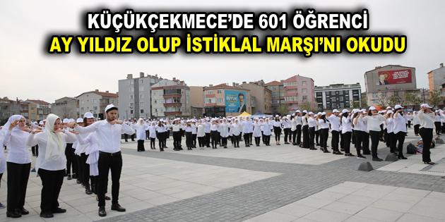 601 ÖĞRENCİ AY YILDIZ OLUP İSTİKLAL MARŞI'NI OKUDU