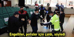 Engelliler, polisler için çaldı, söyledi